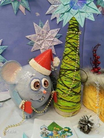 Наша мышка большая труженица, помощница Деду Морозу. Она нарядилась гномиком, чтобы можно было пройти в любое отверстие или щель и принести гостинца и подарки, оставить их под елкой на радость всем. фото 11