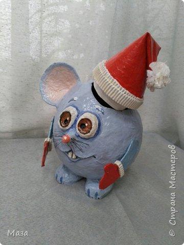Наша мышка большая труженица, помощница Деду Морозу. Она нарядилась гномиком, чтобы можно было пройти в любое отверстие или щель и принести гостинца и подарки, оставить их под елкой на радость всем. фото 10
