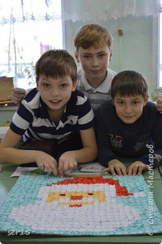 """Всем здравствуйте! Это опять я Мастеришка и мои ребята! Сегодня показываем панно """"Сказочный домик Деда Мороза""""(и это последняя работа в этом конкурсе)))) Можно сказать, что эта работа была начата одной из первых, но кто занимается выкладыванием картинок из оригами- мозаики, тот нас поймет)...даже картинка на 250 модулей получается не быстро. фото 7"""