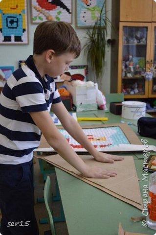 """Всем здравствуйте! Это опять я Мастеришка и мои ребята! Сегодня показываем панно """"Сказочный домик Деда Мороза""""(и это последняя работа в этом конкурсе)))) Можно сказать, что эта работа была начата одной из первых, но кто занимается выкладыванием картинок из оригами- мозаики, тот нас поймет)...даже картинка на 250 модулей получается не быстро. фото 11"""