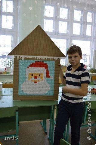 """Всем здравствуйте! Это опять я Мастеришка и мои ребята! Сегодня показываем панно """"Сказочный домик Деда Мороза""""(и это последняя работа в этом конкурсе)))) Можно сказать, что эта работа была начата одной из первых, но кто занимается выкладыванием картинок из оригами- мозаики, тот нас поймет)...даже картинка на 250 модулей получается не быстро. фото 12"""