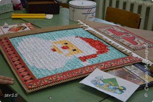 """Всем здравствуйте! Это опять я Мастеришка и мои ребята! Сегодня показываем панно """"Сказочный домик Деда Мороза""""(и это последняя работа в этом конкурсе)))) Можно сказать, что эта работа была начата одной из первых, но кто занимается выкладыванием картинок из оригами- мозаики, тот нас поймет)...даже картинка на 250 модулей получается не быстро. фото 13"""