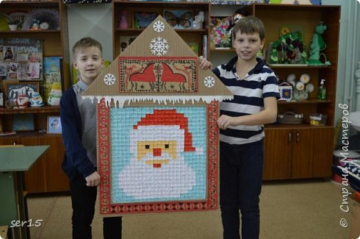 """Всем здравствуйте! Это опять я Мастеришка и мои ребята! Сегодня показываем панно """"Сказочный домик Деда Мороза""""(и это последняя работа в этом конкурсе)))) Можно сказать, что эта работа была начата одной из первых, но кто занимается выкладыванием картинок из оригами- мозаики, тот нас поймет)...даже картинка на 250 модулей получается не быстро. фото 16"""