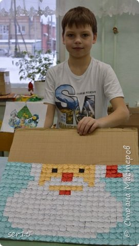 """Всем здравствуйте! Это опять я Мастеришка и мои ребята! Сегодня показываем панно """"Сказочный домик Деда Мороза""""(и это последняя работа в этом конкурсе)))) Можно сказать, что эта работа была начата одной из первых, но кто занимается выкладыванием картинок из оригами- мозаики, тот нас поймет)...даже картинка на 250 модулей получается не быстро. фото 6"""