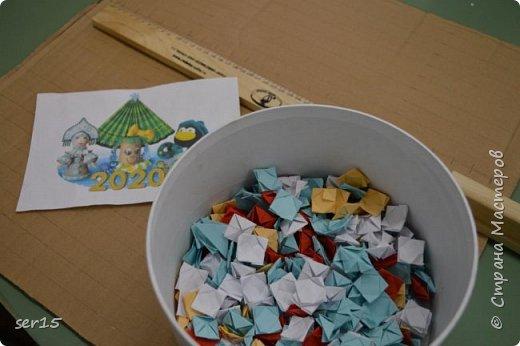 """Всем здравствуйте! Это опять я Мастеришка и мои ребята! Сегодня показываем панно """"Сказочный домик Деда Мороза""""(и это последняя работа в этом конкурсе)))) Можно сказать, что эта работа была начата одной из первых, но кто занимается выкладыванием картинок из оригами- мозаики, тот нас поймет)...даже картинка на 250 модулей получается не быстро. фото 2"""