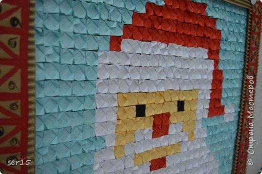 """Всем здравствуйте! Это опять я Мастеришка и мои ребята! Сегодня показываем панно """"Сказочный домик Деда Мороза""""(и это последняя работа в этом конкурсе)))) Можно сказать, что эта работа была начата одной из первых, но кто занимается выкладыванием картинок из оригами- мозаики, тот нас поймет)...даже картинка на 250 модулей получается не быстро. фото 15"""