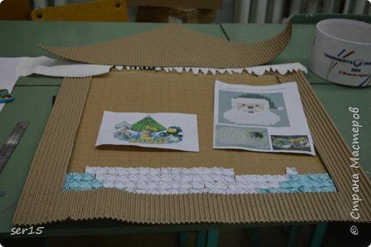 """Всем здравствуйте! Это опять я Мастеришка и мои ребята! Сегодня показываем панно """"Сказочный домик Деда Мороза""""(и это последняя работа в этом конкурсе)))) Можно сказать, что эта работа была начата одной из первых, но кто занимается выкладыванием картинок из оригами- мозаики, тот нас поймет)...даже картинка на 250 модулей получается не быстро. фото 5"""