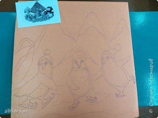 Здравствуйте, жители СТРАНЫ МАСТЕРОВ!      Очень захотелось поучаствовать в этом конкурсе, но до Нового года мы ничего не успели. Когда пришли с каникул, обсудили с ребятами условия. Алёша и Захар решили сделать поделку с пингвинами.      Антарктида – материк, где этих птиц круглый год окружает суровый зимний пейзаж. Значит, герои панно могут быть фигуристами, саночками, лыжниками, сноубордистами, хоккеистами! Несмотря на неуклюжий вид, пингвины – великолепные фигуристы! фото 2