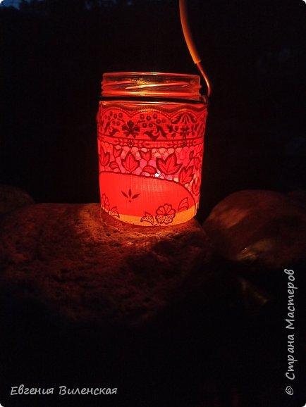 Вечером, когда сад наполняется благоуханием ароматов,  стрекотанием кузнечиков и других насекомых, так приятно посидеть, помечтать, помедитировать...Мы много лет подряд покупали маленькие фонарики на солнечных батареях, правда, они постепенно выходят из строя...  Но теперь у нас появились свои светильники, которые наполняют пространство загадочным, романтичным светом. фото 7