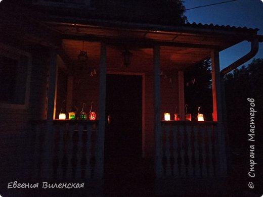 Вечером, когда сад наполняется благоуханием ароматов,  стрекотанием кузнечиков и других насекомых, так приятно посидеть, помечтать, помедитировать...Мы много лет подряд покупали маленькие фонарики на солнечных батареях, правда, они постепенно выходят из строя...  Но теперь у нас появились свои светильники, которые наполняют пространство загадочным, романтичным светом. фото 10
