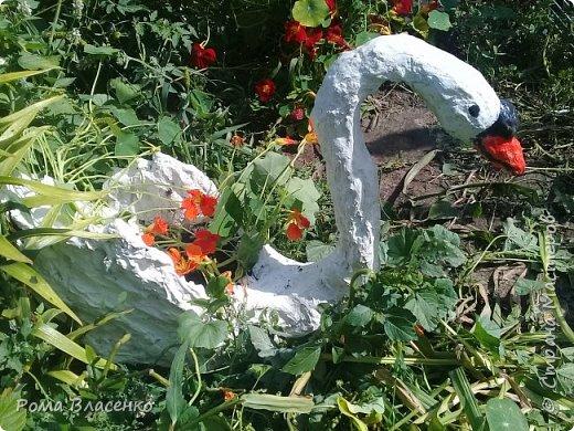 Добрый день, я решил украсить двор и сделать цветочный домик в виде лебедя. фото 11