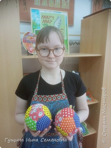 Мячики из яркого лоскута фото 8