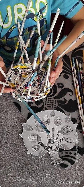 Всем доброго дня! За учебный год накопилось большое количество карандашей, фломастеров и цветных ручек и покупная подставка уже не справлялась. Нужна была большая карандашница.  На балконе как раз была стопка газет и было решено сделать вот такую необычную карандашницу.   фото 10