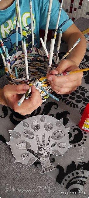 Всем доброго дня! За учебный год накопилось большое количество карандашей, фломастеров и цветных ручек и покупная подставка уже не справлялась. Нужна была большая карандашница.  На балконе как раз была стопка газет и было решено сделать вот такую необычную карандашницу.   фото 11