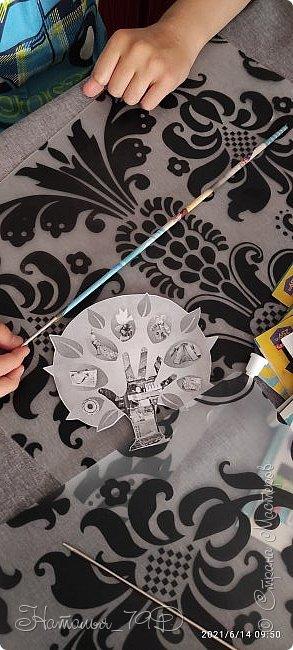 Всем доброго дня! За учебный год накопилось большое количество карандашей, фломастеров и цветных ручек и покупная подставка уже не справлялась. Нужна была большая карандашница.  На балконе как раз была стопка газет и было решено сделать вот такую необычную карандашницу.   фото 5