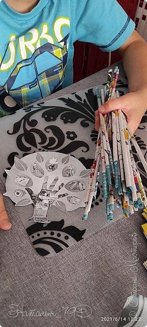 Всем доброго дня! За учебный год накопилось большое количество карандашей, фломастеров и цветных ручек и покупная подставка уже не справлялась. Нужна была большая карандашница.  На балконе как раз была стопка газет и было решено сделать вот такую необычную карандашницу.   фото 6