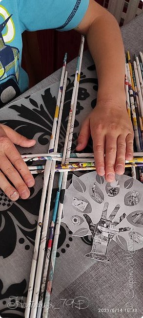 Всем доброго дня! За учебный год накопилось большое количество карандашей, фломастеров и цветных ручек и покупная подставка уже не справлялась. Нужна была большая карандашница.  На балконе как раз была стопка газет и было решено сделать вот такую необычную карандашницу.   фото 8