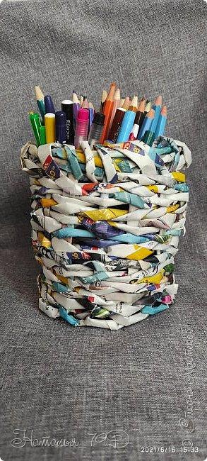 Всем доброго дня! За учебный год накопилось большое количество карандашей, фломастеров и цветных ручек и покупная подставка уже не справлялась. Нужна была большая карандашница.  На балконе как раз была стопка газет и было решено сделать вот такую необычную карандашницу.   фото 1