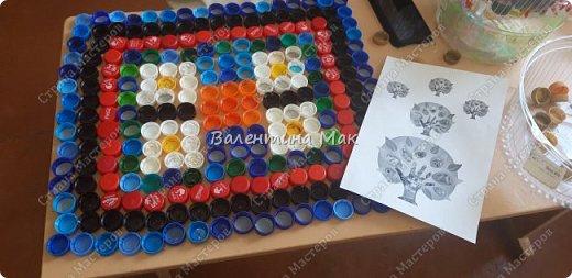 Коврик из пластиковых крышек можно использовать у порога или как массажный . фото 2