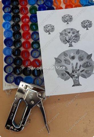 Коврик из пластиковых крышек можно использовать у порога или как массажный . фото 7