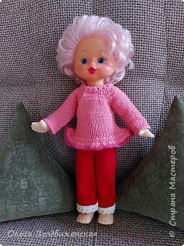 Наверно многие родители знают, какую роль для развития и воспитания девочки играют куклы. Девочки привыкшие с детства заботиться о своей кукле, становятся заботливыми мамами. Знакомьтесь, кукла Роза. Задача была сделать для нее одежду, ведь после лета наступит осень, а осенней одежды у куклы не было. Итак, чтобы кукла осенью не замерзла, а также красиво выглядела приступаем к работе: фото 8