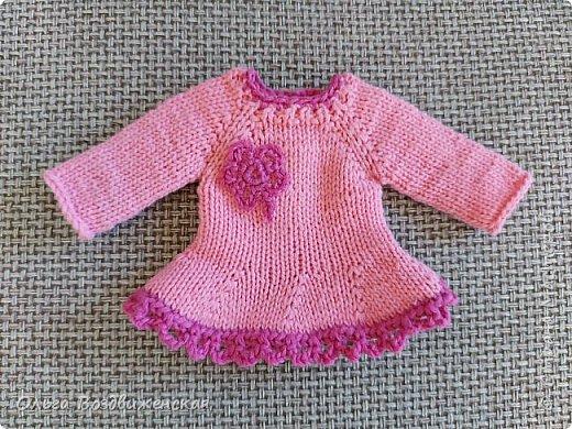 Наверно многие родители знают, какую роль для развития и воспитания девочки играют куклы. Девочки привыкшие с детства заботиться о своей кукле, становятся заботливыми мамами. Знакомьтесь, кукла Роза. Задача была сделать для нее одежду, ведь после лета наступит осень, а осенней одежды у куклы не было. Итак, чтобы кукла осенью не замерзла, а также красиво выглядела приступаем к работе: фото 11