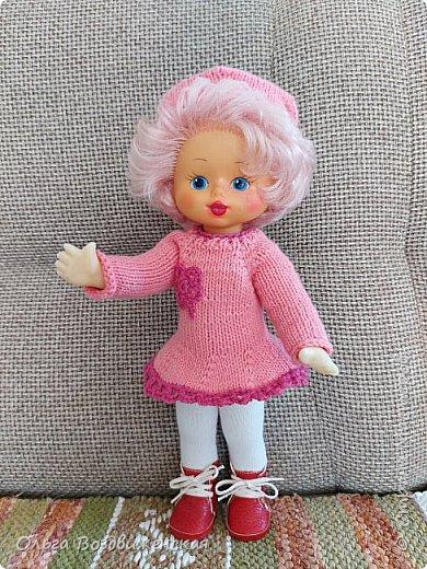 Наверно многие родители знают, какую роль для развития и воспитания девочки играют куклы. Девочки привыкшие с детства заботиться о своей кукле, становятся заботливыми мамами. Знакомьтесь, кукла Роза. Задача была сделать для нее одежду, ведь после лета наступит осень, а осенней одежды у куклы не было. Итак, чтобы кукла осенью не замерзла, а также красиво выглядела приступаем к работе: фото 1