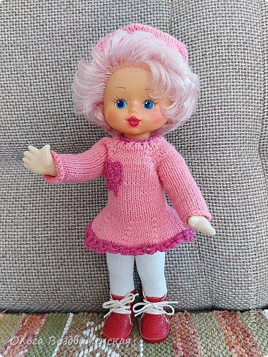 Наверно многие родители знают, какую роль для развития и воспитания девочки играют куклы. Девочки привыкшие с детства заботиться о своей кукле, становятся заботливыми мамами. Знакомьтесь, кукла Роза. Задача была сделать для нее одежду, ведь после лета наступит осень, а осенней одежды у куклы не было. Итак, чтобы кукла осенью не замерзла, а также красиво выглядела приступаем к работе: фото 21