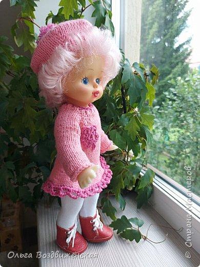 Наверно многие родители знают, какую роль для развития и воспитания девочки играют куклы. Девочки привыкшие с детства заботиться о своей кукле, становятся заботливыми мамами. Знакомьтесь, кукла Роза. Задача была сделать для нее одежду, ведь после лета наступит осень, а осенней одежды у куклы не было. Итак, чтобы кукла осенью не замерзла, а также красиво выглядела приступаем к работе: фото 22
