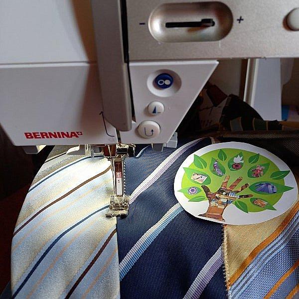 """Привет всем в СМ! Как-то подруга, зная мое пристрастие к рукодельному хомячеству, принесла мне несколько мужских галстуков - ей кто-то на блошином рынке """"вдовесок"""" отдал. """"Тебе это надА?""""- спросила она. """"Конечно, надА!!!"""" - ответила я, даже не предполагая зачем. Но рукодельным хомякам """"НАДА"""" все! Галстуки пролежали в моих закромах лет 5...  И вот """"НАДА"""" наступило! фото 5"""