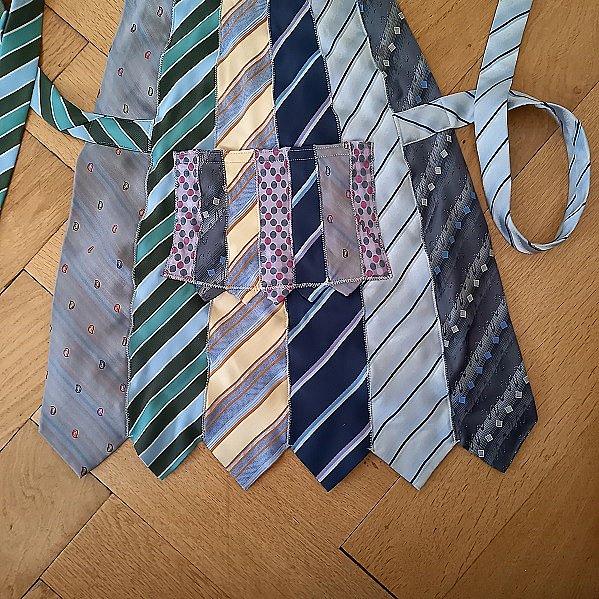 """Привет всем в СМ! Как-то подруга, зная мое пристрастие к рукодельному хомячеству, принесла мне несколько мужских галстуков - ей кто-то на блошином рынке """"вдовесок"""" отдал. """"Тебе это надА?""""- спросила она. """"Конечно, надА!!!"""" - ответила я, даже не предполагая зачем. Но рукодельным хомякам """"НАДА"""" все! Галстуки пролежали в моих закромах лет 5...  И вот """"НАДА"""" наступило! фото 2"""