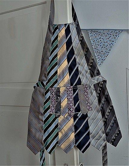 """Привет всем в СМ! Как-то подруга, зная мое пристрастие к рукодельному хомячеству, принесла мне несколько мужских галстуков - ей кто-то на блошином рынке """"вдовесок"""" отдал. """"Тебе это надА?""""- спросила она. """"Конечно, надА!!!"""" - ответила я, даже не предполагая зачем. Но рукодельным хомякам """"НАДА"""" все! Галстуки пролежали в моих закромах лет 5...  И вот """"НАДА"""" наступило! фото 3"""