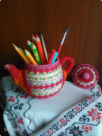В моем доме добавился ещё один уютный, яркий и красивый предмет. давно мечтала взяться за старые чайники. Обновить, дать новую жизнь. И реализовать из запасов те материалы, которые многие выбрасывают. А я не могу и пытаюсь их переделать и порадовать себя и родных. Можно использовать как подставку для карандашей. фото 1