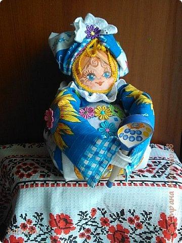 Помощница Маруся поселилась у нас дома со вчерашнего вечера. Она и улыбкой одарит, и ложку подаст, накормит и сказку расскажет. Уютная такая помощница! Всё умеет и нам поможет. фото 1