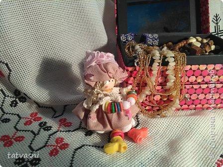 """Знакомьтесь Куколка Настенька.  Я сижу на сундучке, Думаю,что делать? Мне от бабушки досталось """"Старое"""" наследство... фото 2"""