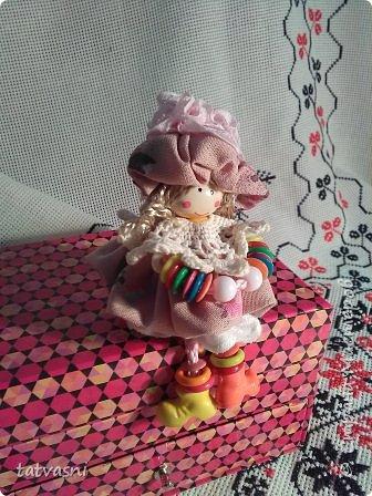 """Знакомьтесь Куколка Настенька.  Я сижу на сундучке, Думаю,что делать? Мне от бабушки досталось """"Старое"""" наследство... фото 1"""