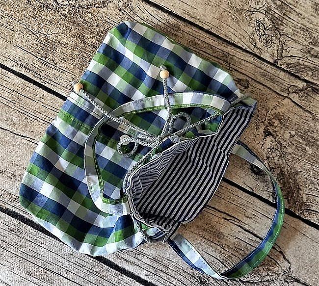 """Привет всем в СМ! В шкафу сына висели рубашки, которые он давно уже носил. Некоторые совсем хорошие, в некоторых """"затерся"""" воротник или порвались рукава. Сын был доволен, когда освободила его шкаф от """"давно не нужного тряпья"""" - это его слова, не мои... Для меня это не тряпье! Для меня это сокровище! Хорошая рубашечная ткань с моими любимыми принтами: полоска и клетка. Пуговицы!!! Шей - что хошь! Сшила для внучки такой комплектик: юбочка и сумочка. фото 4"""