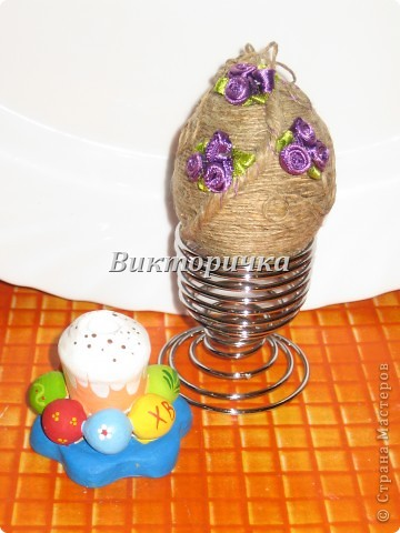 Яицо, обмотанное бичёвкой и украшенное цветами.   фото 1