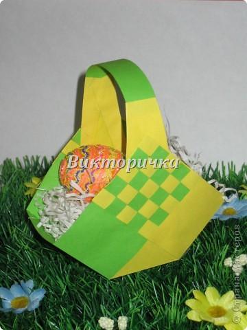 Вариант простого плетения бумажными полосками в два цвета. фото 6