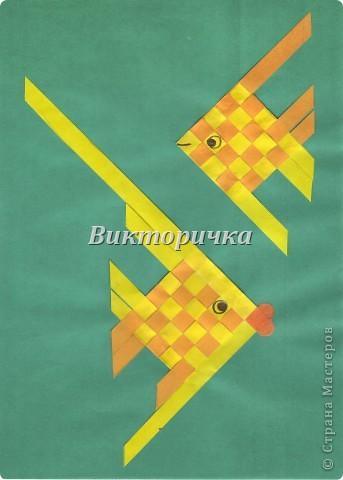 Вариант простого плетения бумажными полосками в два цвета. фото 9