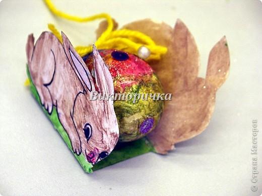 """Плетение полосками - очень простое  украшение не только для геометрически правильных форм (ковриков, шарфиков, платочков),  для  плоскостных фигурок (птички, рыбки, мухоморы, автомобили и воздушные шарики), но и для объёмных пасхальных яиц. Предлагаю вашему вниманию простой вариант в 3 цвета плетения - жёльый, сиреневый, зелёный. Количество полосок по экватору теоритически можно увеличить, но возникнут сложности в виде заломов и складок. Цветовая гамма - ограничена только вашей фантазией, но не забывайте о гармоничности сочетаний и ритмичности рисунка.  Добавляйте элементы из полосок для украшения готового яйца.  Для облегчения начала работы рекомендую сложить """"дорожку"""" из полосок на столе. Затем прикрепить кольцом по центру яйца. Потом замкнуть на вершинах яйца края """" меридиан""""-полосок. Яйцо готово!   фото 4"""