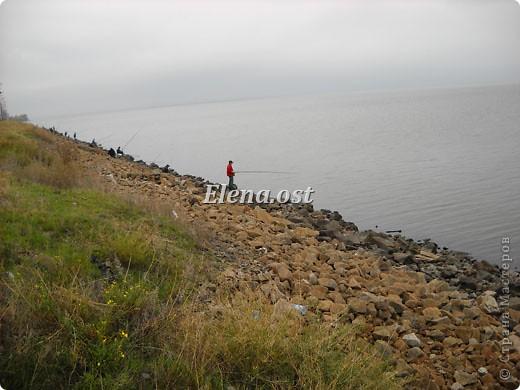 Это Каховское водохранилище - рукотворное море. С утра на берегу усаживаются рыбаки. Сегодня ловим бычка. При копировании статьи, целиком или частично, пожалуйста, указывайте активную ссылку на источник! http://stranamasterov.ru/user/9321 http://stranamasterov.ru/node/24791 фото 1