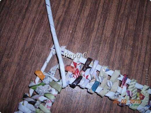 Вот такую рамочку можно сплести из газет или журналов. фото 13