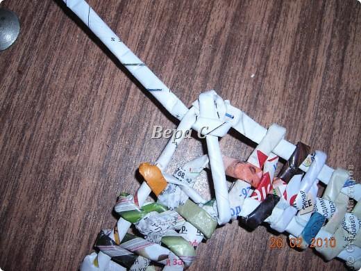 Вот такую рамочку можно сплести из газет или журналов. фото 15