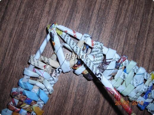 Вот такую рамочку можно сплести из газет или журналов. фото 22