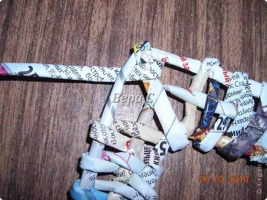 Вот такую рамочку можно сплести из газет или журналов. фото 23