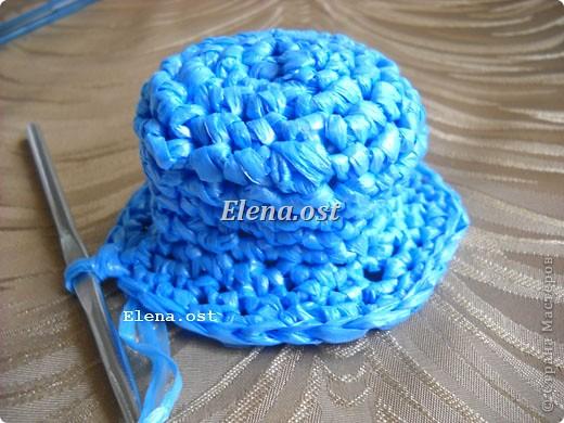 Предлагаю связать шяпки из полиэтиленовых пакетов. Эти декоративные шляпки можно использовать для украшения интерьера, а можно нарядить игрушки и куклы или декорировать предметы. При копировании статьи, целиком или частично, пожалуйста, указывайте активную ссылку на источник! http://stranamasterov.ru/user/9321 http://stranamasterov.ru/node/84187 фото 9