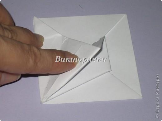 Такой цветочек ПИОНА сделан из пяти отдельно сложенных модулей. Были взяты листы писчей бумаги, формат А4 и обрезаны до правильного квадрата. Думаю, что если взять более тонкую бумагу, например, папиросную, то можно было бы сделать цветок более мелкого размера. Да и выглядел бы он оригинально - немного полупрозрачно, таинственно. Вдруг, именно такой эффект кому-то понадобится. фото 9