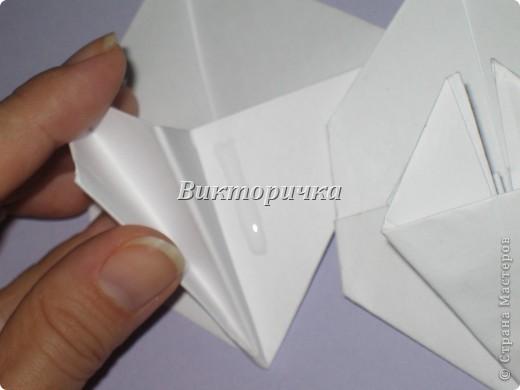 Такой цветочек ПИОНА сделан из пяти отдельно сложенных модулей. Были взяты листы писчей бумаги, формат А4 и обрезаны до правильного квадрата. Думаю, что если взять более тонкую бумагу, например, папиросную, то можно было бы сделать цветок более мелкого размера. Да и выглядел бы он оригинально - немного полупрозрачно, таинственно. Вдруг, именно такой эффект кому-то понадобится. фото 14