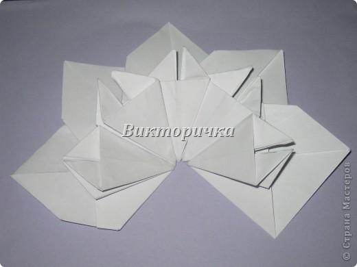 Такой цветочек ПИОНА сделан из пяти отдельно сложенных модулей. Были взяты листы писчей бумаги, формат А4 и обрезаны до правильного квадрата. Думаю, что если взять более тонкую бумагу, например, папиросную, то можно было бы сделать цветок более мелкого размера. Да и выглядел бы он оригинально - немного полупрозрачно, таинственно. Вдруг, именно такой эффект кому-то понадобится. фото 16